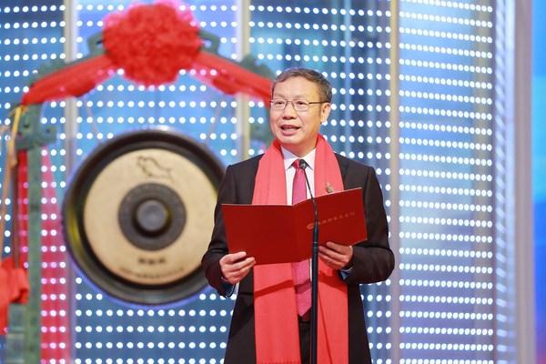 气派科技董事长梁大钟先生在上市仪式中致辞和敲锣。