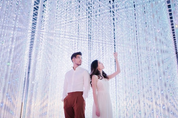 金文明和李安沉浸在艺术科学博物馆内的水晶宇宙