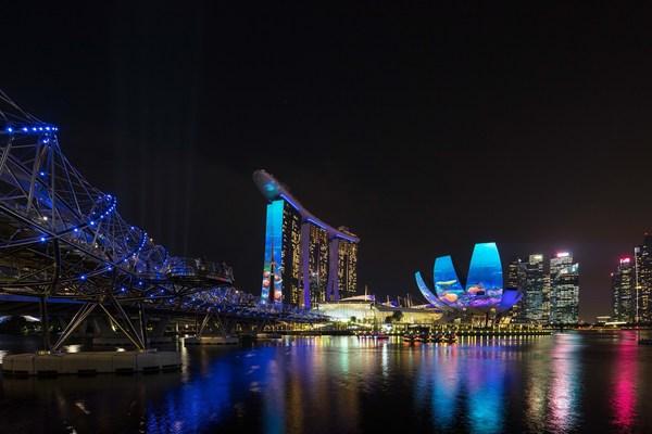 Disney+ 将亮灯仪式投射在滨海湾金沙三栋酒店高塔及艺术科学博物馆 (图片来源:滨海湾金沙)