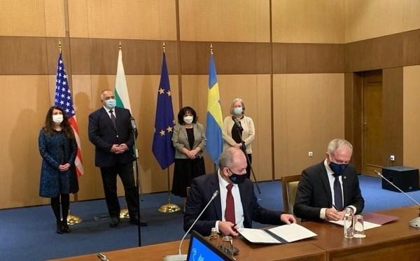 坐位(从左到右):Kozloduy核电站执行董事Nasko Mihov 和西屋欧洲,中东和非洲地区在役电站服务事业部副总裁Aziz Dag;站位(从左到右):美国驻保加利亚大使Herro Mustaf, 保加利亚总理Boyko Borissov, 保加利亚能源部部长Temenuzhka Petkova 以及瑞典驻保加利亚大使Katarina Rangnitt