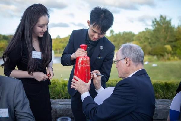 在2020年11月25日国际展望大会(天空2020)上,新西兰储备银行前行长、中国工商银行(新西兰)董事长唐-布拉什博士(Dr. Don Brash)在红西凤酒瓶上签名留念。